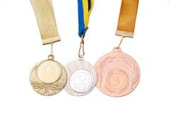 Gold-, Silber- und Bronzemedaillen auf Weiß Stockbilder