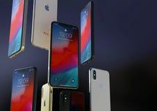 Gold-, Silber und Raum IPhone XS graue Smartphones, schwimmend in einer Luft lizenzfreie stockfotos