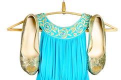 Gold-Stöckelschuhe und blaues Kleid mit Gold-accentson Stockfoto