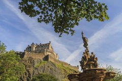 Gold status and the famous Edinburgh castle Stock Photography