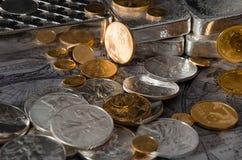 Gold-u. Silbermünzen mit Silberbarren auf Karte Stockfotos