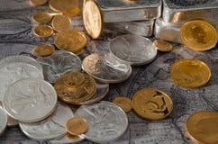 Gold-u. Silbermünzen mit Silberbarren auf Karte Lizenzfreies Stockbild