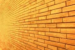 Gold und braune Backsteinmauerbeschaffenheit in den schiefen Mustern abstrakt für Hintergrund stockfotografie