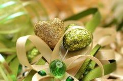 Gold und grünes Herz mit dekorativen Bögen Lizenzfreies Stockbild