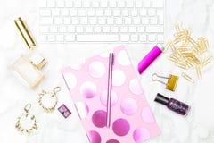 Gold und rosa Büro weiblich Foto auf Lager Flache Lage stockfotos