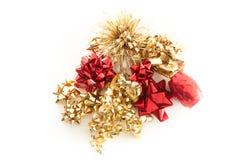 Gold und rote Weihnachtsbögen und -farbbänder Lizenzfreies Stockbild