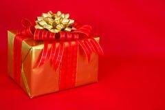 Gold und rotes Feiertags-Geschenk Lizenzfreies Stockfoto