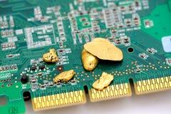 Gold und Schaltkreis lizenzfreie stockbilder