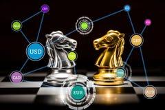Gold und Silber adeln Schach auf einem Schachbrett mit Währungsanschl. Stockbild