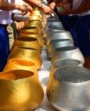 Gold- und Silbermönchalmosenschüsseln Thailand Stockbild