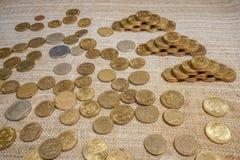 Gold- und Silbermünzen auf dem Tisch stockfoto