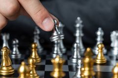Gold und silbernes Schach mit Spieler stockbilder