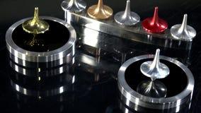 Gold- und Silberoberteilespinnen stock video