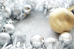 Gold- und Silberweihnachtskugel stockfotos