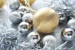 Gold- und Silberweihnachtskugel lizenzfreie stockfotos