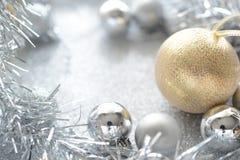 Gold- und Silberweihnachtskugel stockbild