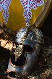 Gold verzierte alte römisches Reich Burghschlossart Sturzhelm, rundes Schild im Hintergrund Lizenzfreie Stockfotos