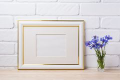 Gold verzierte Rahmenmodell mit Kornblume Lizenzfreie Stockfotografie