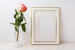 Gold verzierte Rahmenmodell mit stieg in vorzüglichen Glasvase Stockbilder