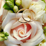 Gold wedding rings on  bouquet of flowers for the bride Royalty Free Stock Photos