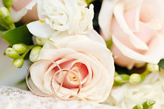 Gold wedding rings on  bouquet of flowers for the bride Royalty Free Stock Images