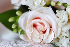 Gold wedding rings on  bouquet of flowers for the bride Royalty Free Stock Photo