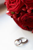Gold wedding rings and bridal bouquet Royalty Free Stock Image