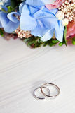 Gold wedding rings and flowers Royalty Free Stock Images