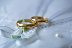 Gold wedding rings on a pillow. Royalty Free Stock Photos