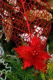 Gold-, weiße und RoteWeihnachtsbaumdekorationen stockbilder