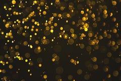 Goldabstrakter bokeh Hintergrund von Wassertröpfchen Stockbild