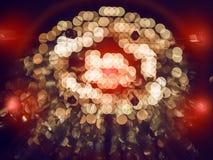 Goldabstrakter Hintergrund mit bokeh defocused Lichtern und roten Blitzen Lizenzfreie Stockfotografie
