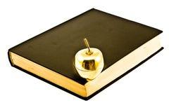 Goldan Apple sul vecchio libro fotografie stock