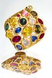 Goldanhänger mit kostbaren Steinen Stockbild
