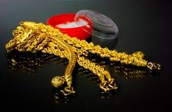 Goldarmband und -halskette stockbild