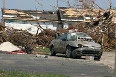 Goldauto nach Tornado Lizenzfreies Stockbild