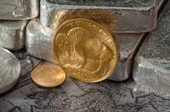 Goldbüffel-Münze Vereinigter Staaten mit Silberbarren Stockbild