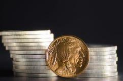 Goldbüffel Vereinigter Staaten vor Silbermünzen Stockfotografie