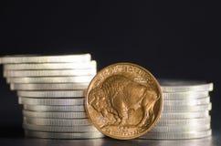 Goldbüffel Vereinigter Staaten vor Silbermünzen Lizenzfreie Stockfotos