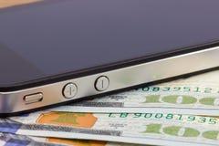 Goldbankkarte, Banknoten und Smartphone Stockbild