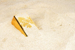 Goldbar in sand Stock Photography