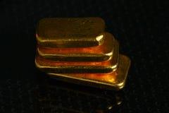 Goldbarren auf grober Hintergrundszene Stockfotografie