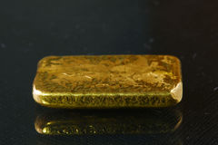 Goldbarren gesetzt auf den dunklen Hintergrund lizenzfreie stockfotografie