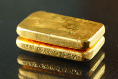 Goldbarren gesetzt auf den dunklen Hintergrund lizenzfreies stockfoto