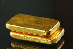 Goldbarren gesetzt auf den dunklen Hintergrund stockbild