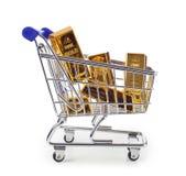Goldbarren im Einkaufswagen Stockbilder