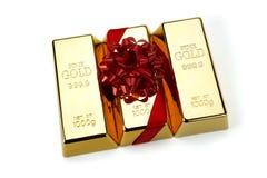 Goldbarren mit rotem Band, Atelieraufnahmen Lizenzfreies Stockbild