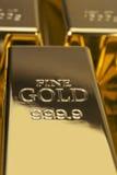 Goldbarren und Finanzkonzept Stockbild