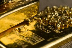Goldbarren und Goldkugeln stockfoto