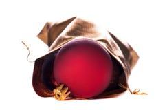 Goldbeutel mit roten Weihnachtskugeln Stockfotografie